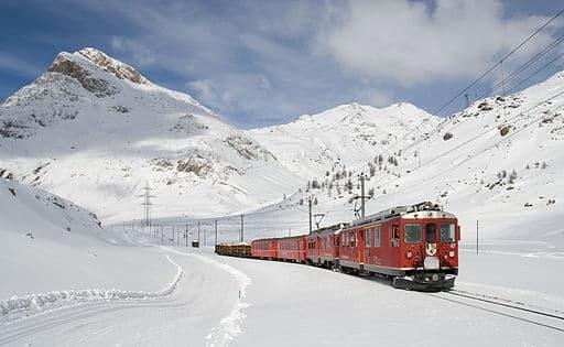 Bernina-banen mellom St Moritz og Triano (med deilige langrennspor ved siden av) - Foto Wikimedia
