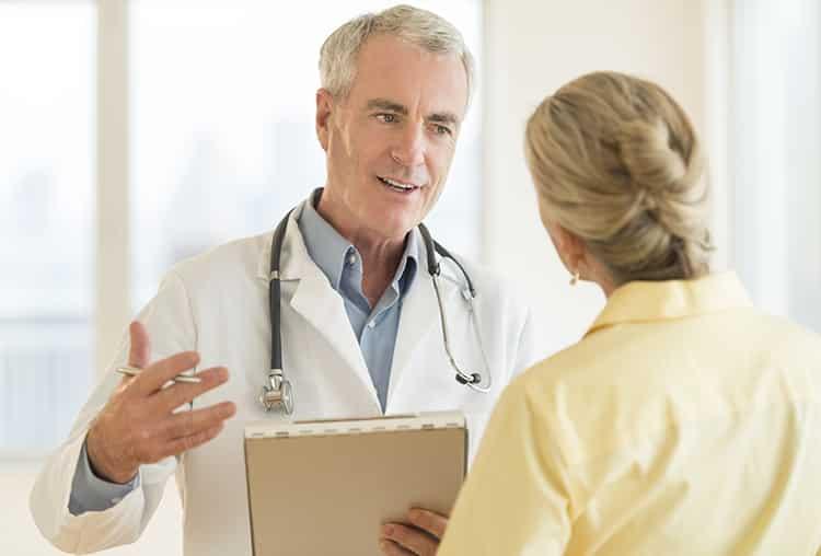 Doktor snakker med pasient