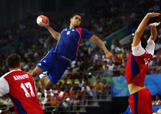 håndballspiller som hopper høyt